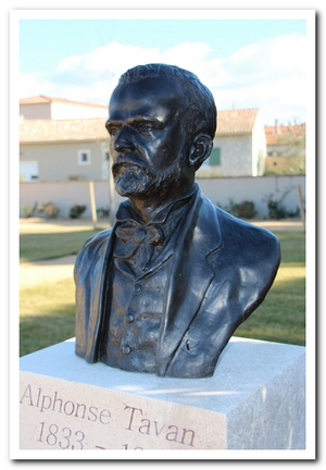 buste d'Alphonse Tavan scuptée par M. Langloys, situé au Parc des Poètes à Eyragues