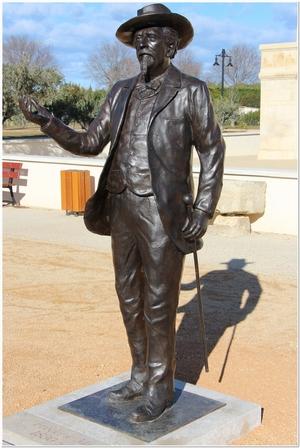 Statue de Frédéric Mistral située au parc des Poètes à Eyragues, scuptée par M. Langloys
